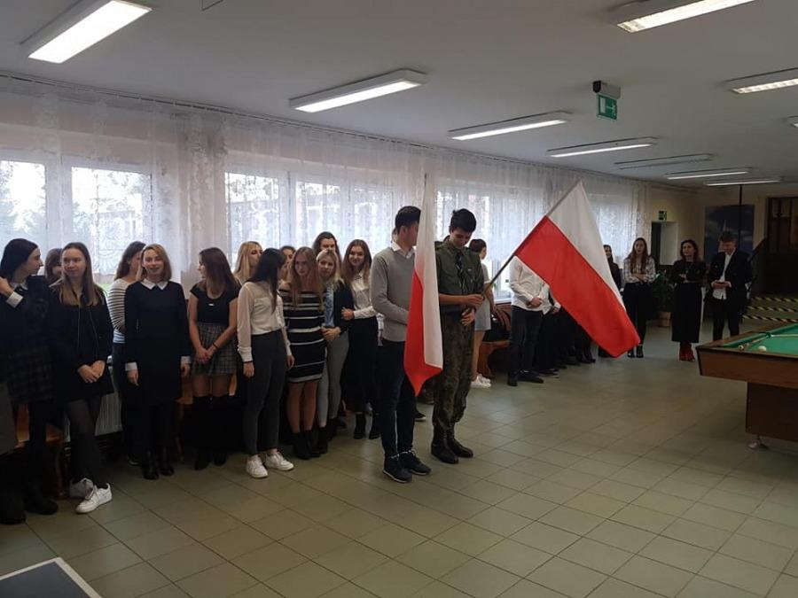 """Placówki edukacyjne POWIATU DRAWSKIEGO zrealizowały Akcję  """"Szkoła do hymnu!"""""""