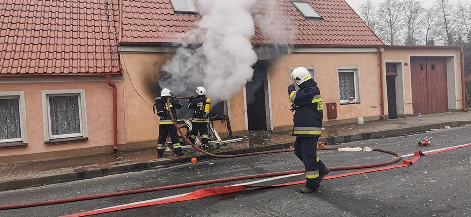 Pali się budynek w Kaliszu Pomorskim - dwie osoby poszkodowane.