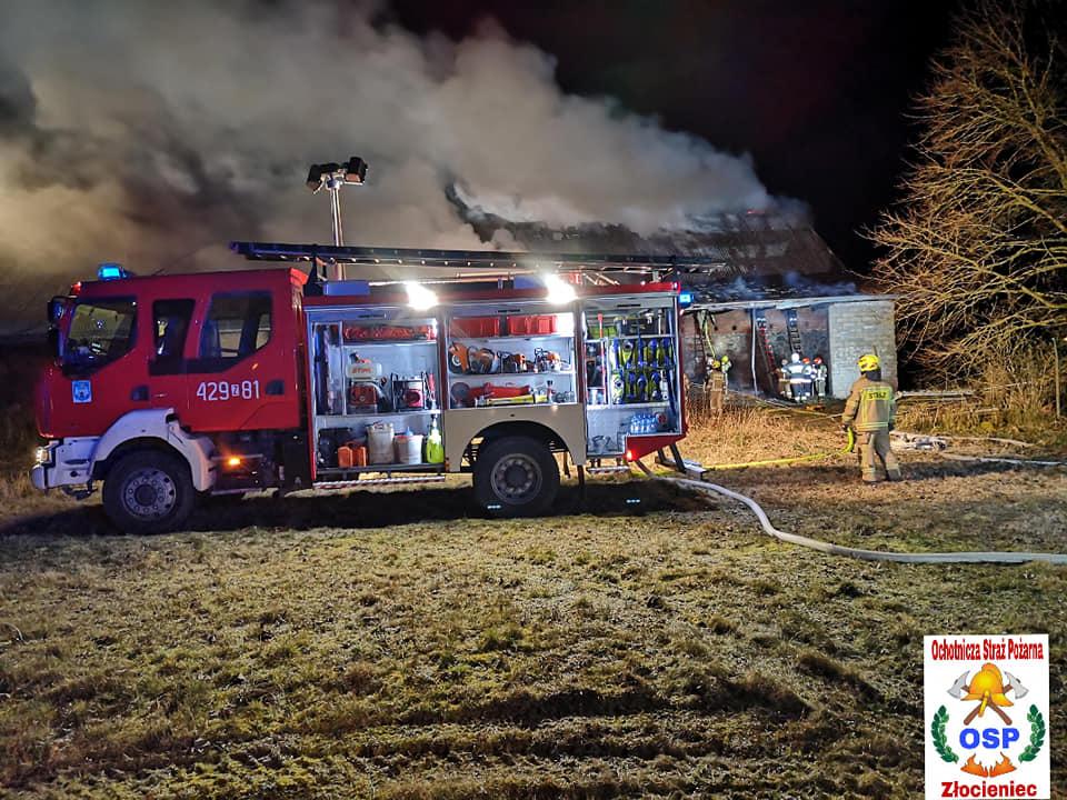 Nocny pożar zabudowań gospodarczych - 17 jednostek w akcji