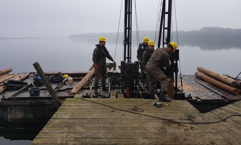 Żołnierze budują pomost na  jeziorze Lubie w Karwicach
