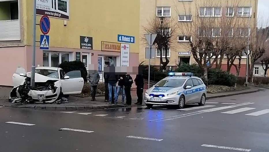 [DK 10] Kalisz Pomorski - samochód uderzył w słup