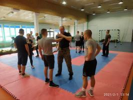 Żołnierze uczą bronić się przed atakiem nożem